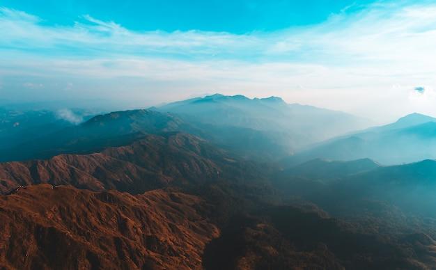 Vista dall'alto mulayit taung luce dorata del sole del mattino e la nebbia coperta sul monte mulayit, myanmar Foto Premium