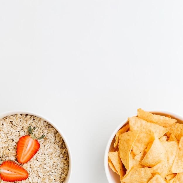 Vista dall'alto nachos vs farina d'avena Foto Gratuite