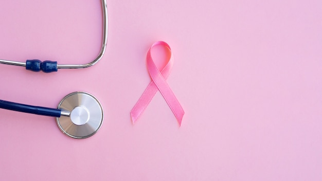 Vista dall'alto nastro rosa con stetoscopio Foto Gratuite