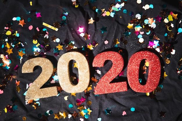Vista dall'alto numeri colorati con la data del nuovo anno Foto Gratuite