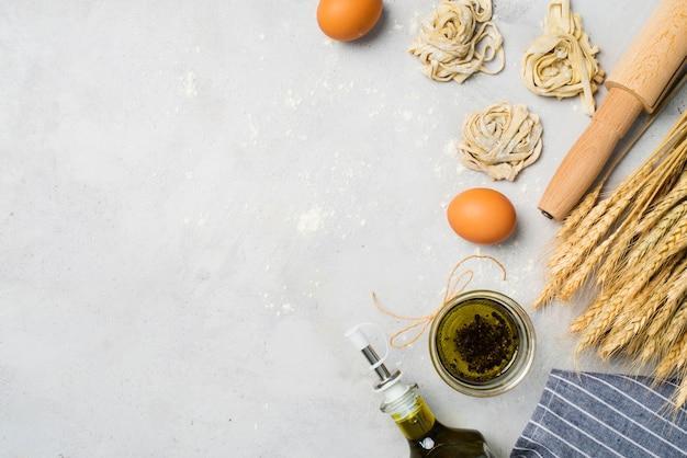 Vista dall'alto olio d'oliva e uova sul tavolo Foto Gratuite