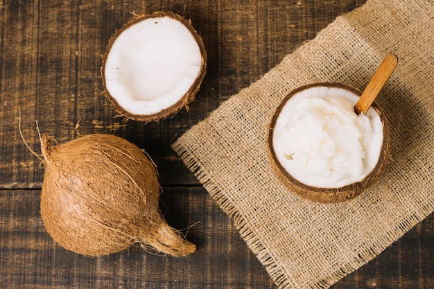 Vista dall'alto olio di cocco con noce di cocco Foto Gratuite