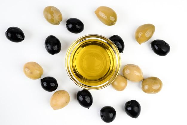 Vista dall'alto olive biologiche con olio d'oliva Foto Gratuite