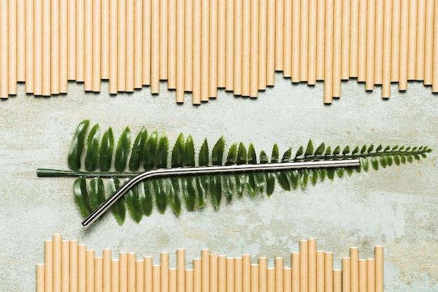 Vista dall'alto paglia metallica su foglia finta Foto Gratuite