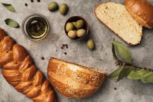 Vista dall'alto pane fatto in casa con olive Foto Gratuite