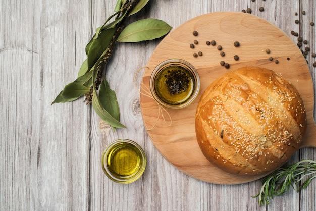 Vista dall'alto pane fatto in casa e olio d'oliva Foto Gratuite