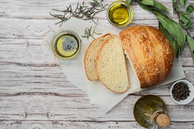Vista dall'alto pane fatto in casa sul tavolo Foto Gratuite