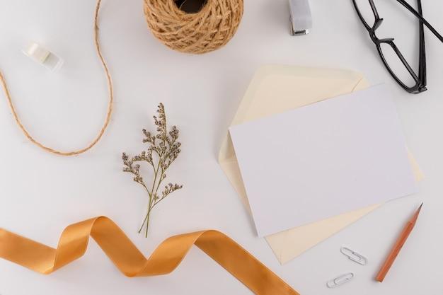 Vista dall'alto, piatto posare, carta di invito a nozze, buste, carte carte su sfondo bianco. Foto Premium