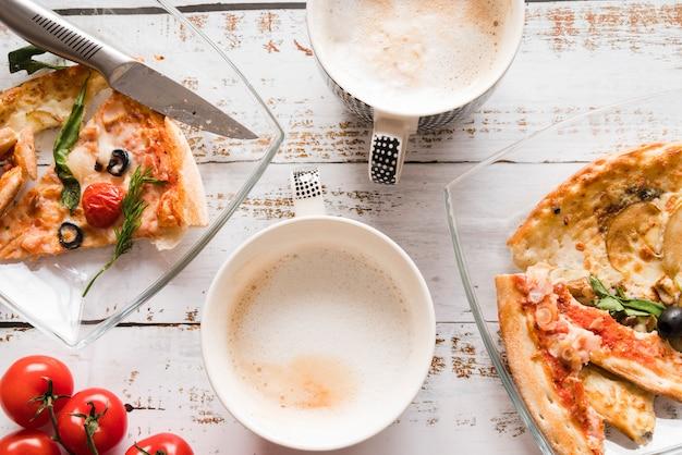 Vista dall'alto pizza con caffè Foto Gratuite