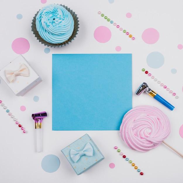 Vista dall'alto presenta e cupcake sul tavolo Foto Gratuite