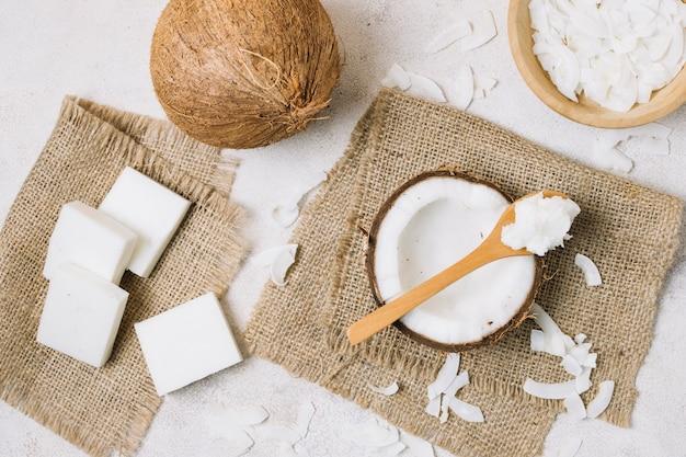 Vista dall'alto prodotti di cocco su tela di sacco Foto Gratuite