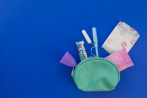 Vista dall'alto roba del periodo nel kit toilette Foto Gratuite
