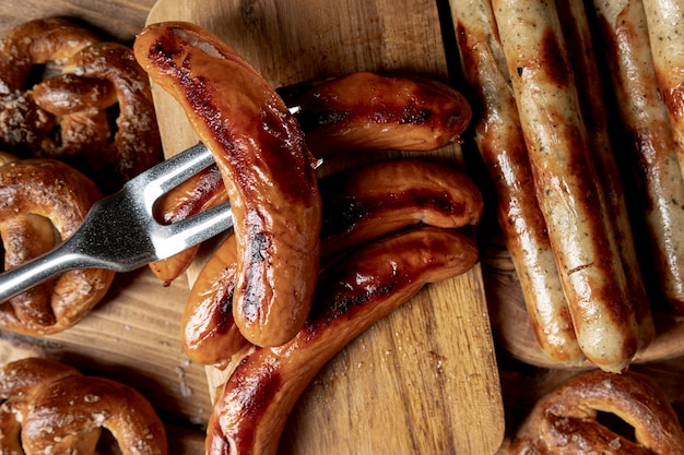 Vista dall'alto salsicce bavaresi alla griglia Foto Gratuite