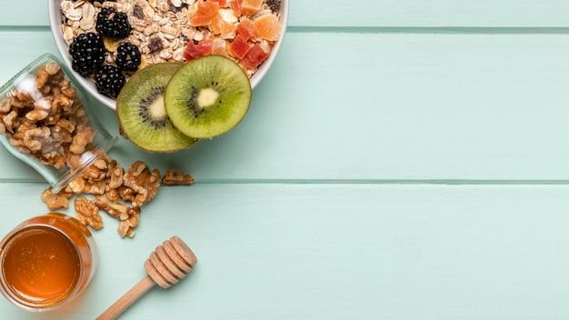 Vista dall'alto sana colazione con muesli Foto Gratuite
