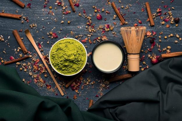 Vista dall'alto set di tè asiatico matcha con bastoncini di cannella Foto Gratuite