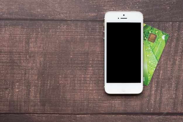 Vista dall'alto smartphone con carta di credito Foto Gratuite