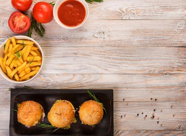 Vista dall'alto snack gustosi fast food su un tavolo Foto Gratuite