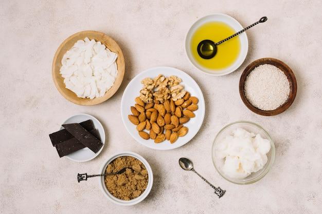 Vista dall'alto snack nutrienti con cocco e olio d'oliva Foto Gratuite