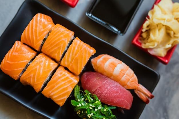 Vista dall'alto su sushi giapponese tradizionale Foto Premium