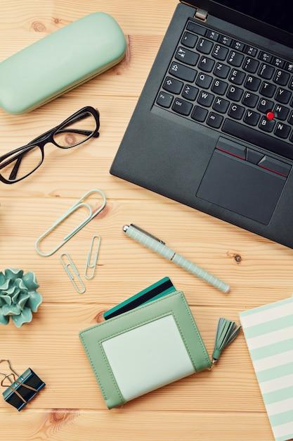 Vista dall'alto sul portatile e borsa con carte di credito Foto Premium