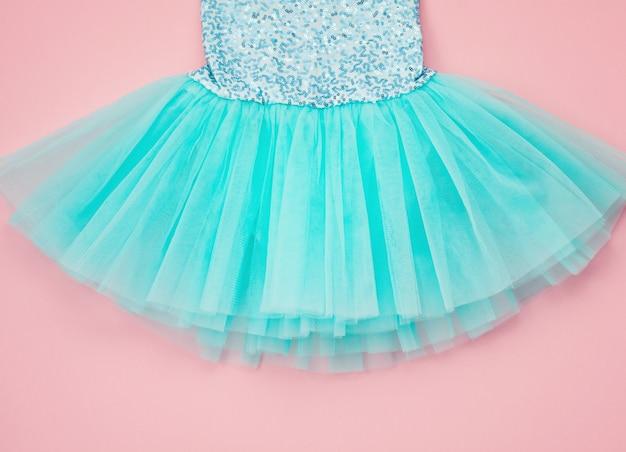 Vista dall'alto sul vestito tutu di balletto ragazza sopra il rosa. Foto Premium