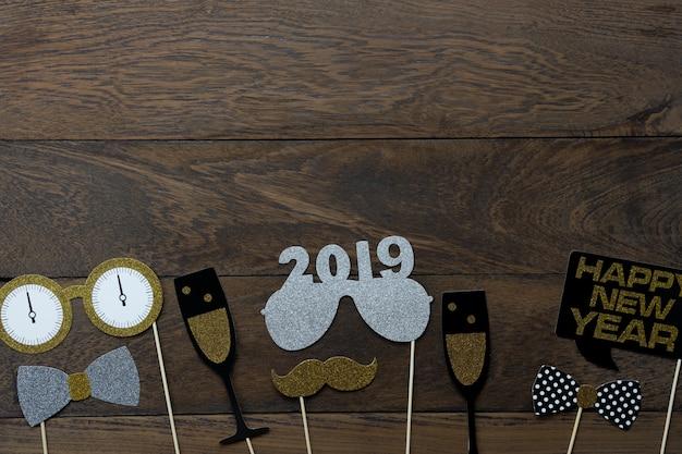 Vista dall'alto tavolo di decorazioni di buon natale e felice anno nuovo 2019 ornamenti. Foto Premium