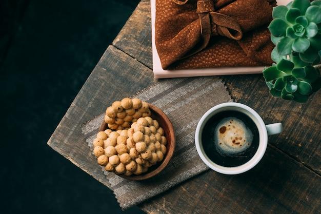 Vista dall'alto tazza di caffè con biscotti Foto Gratuite
