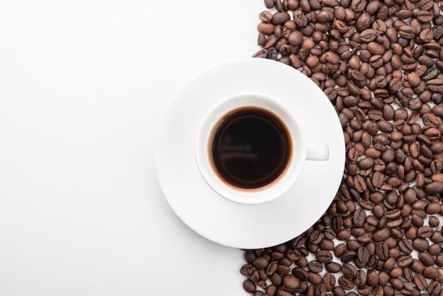 Vista dall'alto tazza di caffè con fagioli arrostiti Foto Gratuite