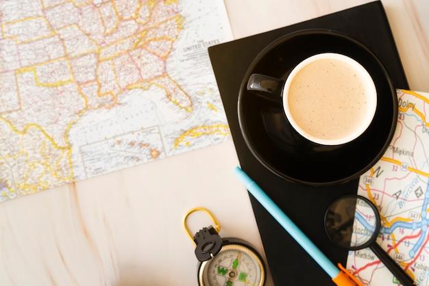 Vista dall'alto tazza di caffè con mappe Foto Gratuite