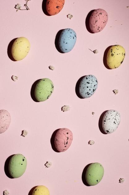 Vista dall'alto tradizionali uova di pasqua colorate Foto Gratuite