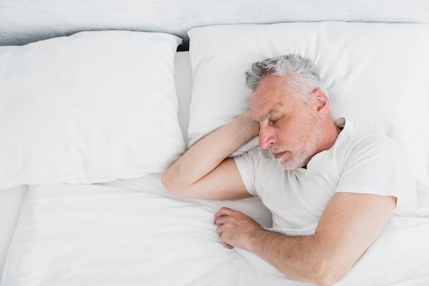 Vista dall'alto uomo anziano che dorme Foto Gratuite