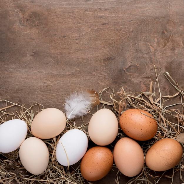 Vista dall'alto uova di gallina fresche Foto Gratuite