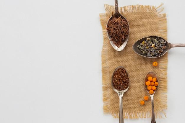Vista dall'alto varietà di cucchiai con spezie Foto Gratuite