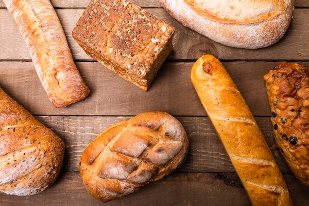Vista dall'alto varietà di deliziosi pani sul tavolo Foto Gratuite