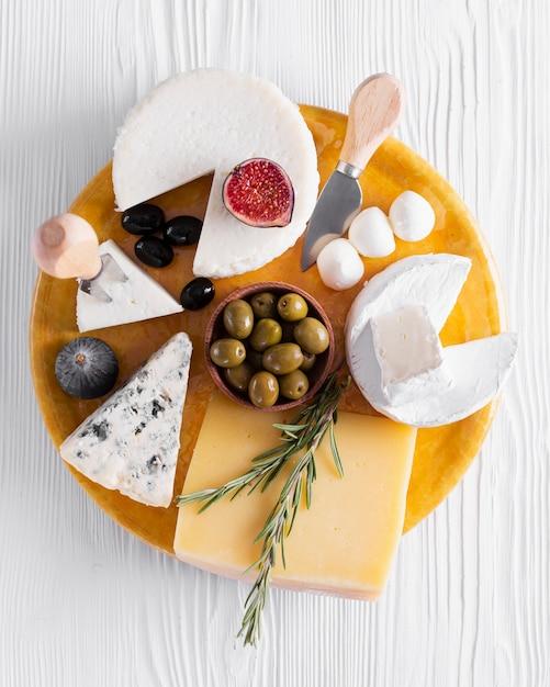 Vista dall'alto varietà di gustosi snack su un tavolo Foto Gratuite
