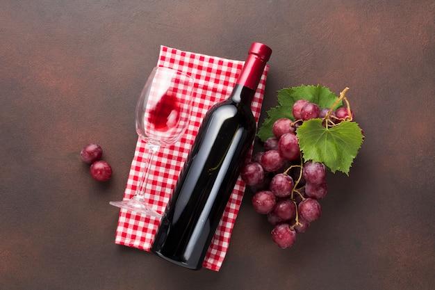Vista dall'alto vino rosso sul tovagliolo Foto Gratuite