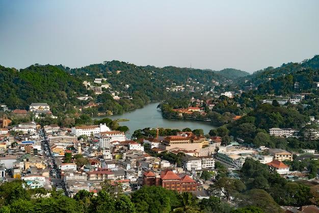 Vista dalla cima della montagna sopra kandy city Foto Premium