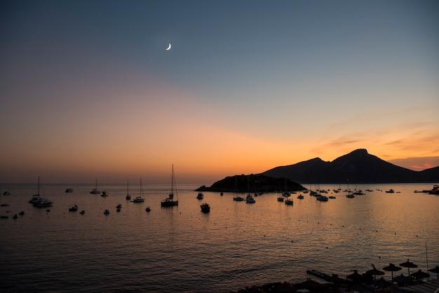 Vista dalla città di sant elm verso l'isola del drago a maiorca Foto Premium