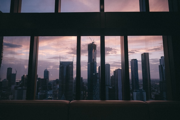 Vista degli edifici alti e dei grattacieli della bella città urbana da una finestra Foto Gratuite