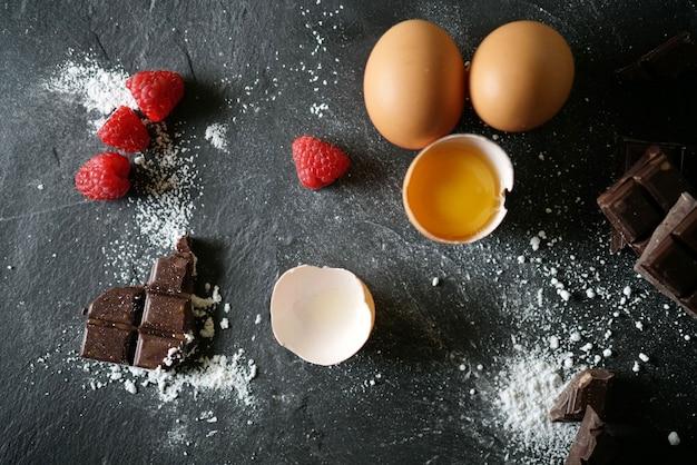 Vista degli ingredienti di cottura freschi sull'ardesia Foto Premium