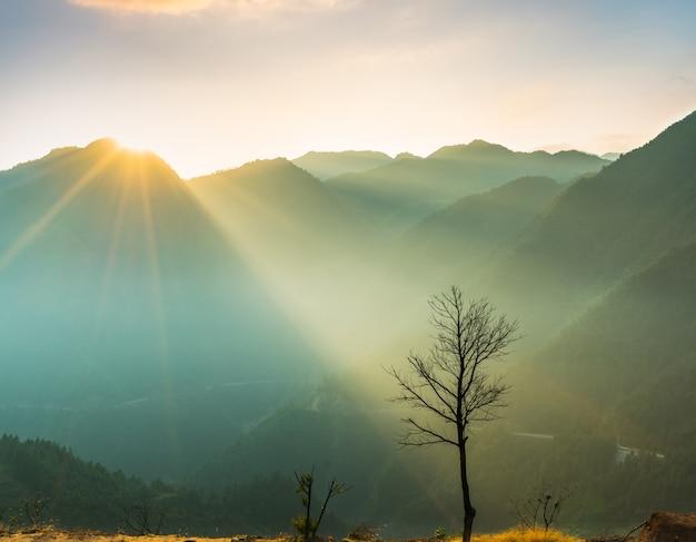 Vista del paesaggio montano nebbioso Foto Gratuite