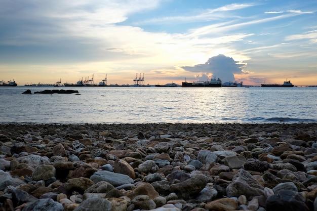 Vista del porto e del carico del mare profondo e costa nella provincia di chonburi. Foto Premium