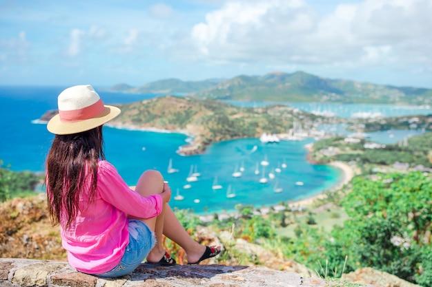 Vista del porto inglese da shirley heights, antigua, baia del paradiso a isola tropicale nel mar dei caraibi Foto Premium