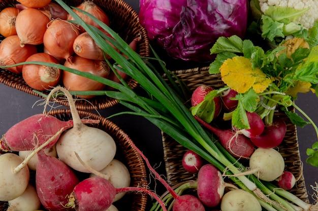 Vista del primo piano dei canestri e del piatto delle verdure come scalogno e cavolo del ravanello della cipolla su fondo marrone rossiccio Foto Gratuite