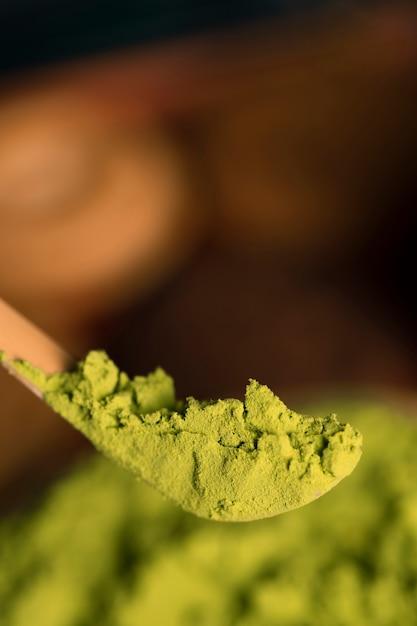 Vista del primo piano della polvere asiatica del tè verde Foto Gratuite