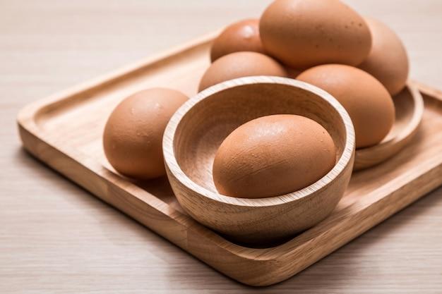 Vista del primo piano delle uova di pollo sulla tavola di legno Foto Premium