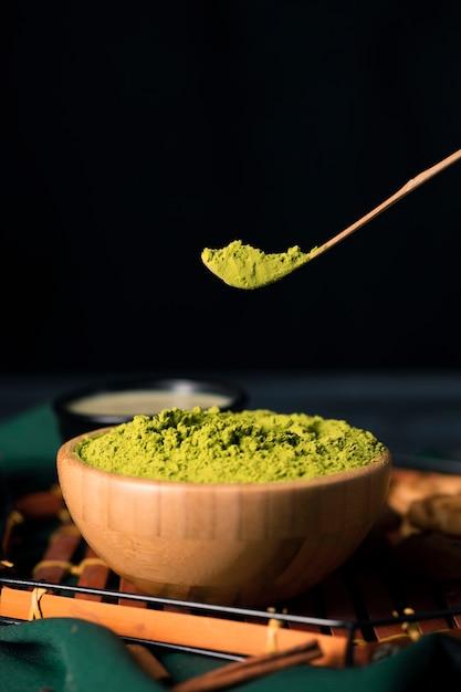 Vista del primo piano di tè verde in polvere tradizionale Foto Gratuite