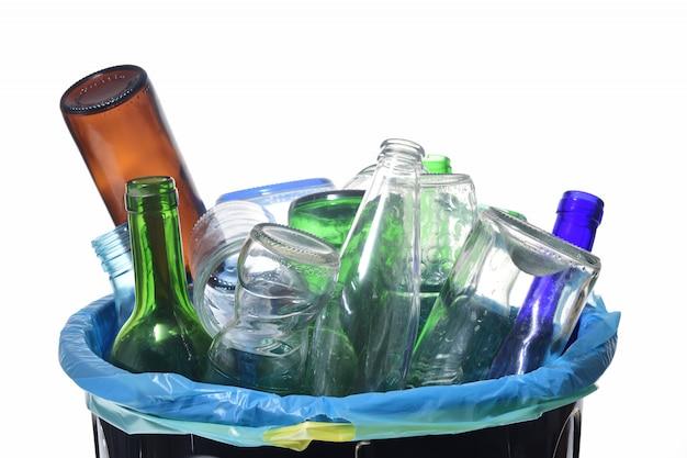 Vista del riciclaggio del vetro su bianco Foto Premium