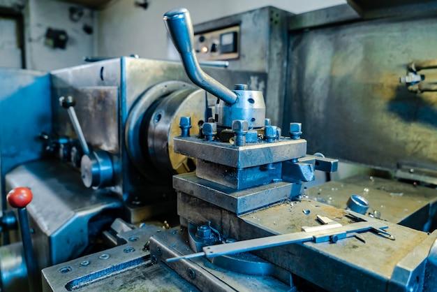 Vista del tornio professionale in metallo in fabbrica. Foto Premium
