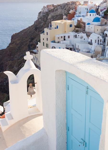 Vista del villaggio oia con porta blu. Foto Premium